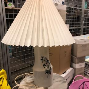Retro lampe i hvid med blomsterprint. Pære virker