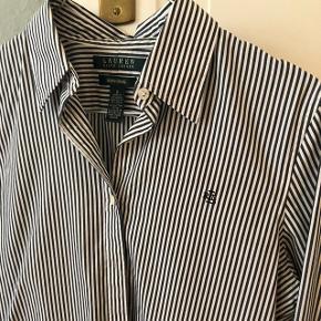 Stribet Ralph Lauren skjorte. Mørkegrå striber. Passer en XS. Standen er som ny og af høj kvalitet.