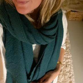 Lækkert halstørklæde fra Pieces I smuk grøn farve.