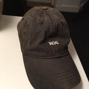 Kasket sælges da jeg ikke får den brugt længere. Der er en anelse orange-skær oven på hatten efter guldspåner. Kan muligvis vaskes af, hvis man er grundig. Nypris: 300.-