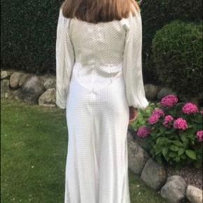 Sælger denne smukke Ganni kjole størrelse 36/S,  jeg er selv 170 cm høj. Den er brugt en gang og er fejlfri.  Nypris var 3000 kr. jeg modtager gerne bud. Jeg sender ikke.  Kjolen er hos mig i Køge, men har en storebror i Brønshøj, hvor den eventuelt kan afhentes.
