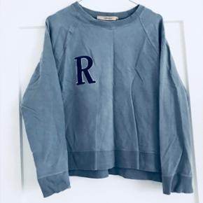 ✨ Super blød blå sweater fra Rützou.   ✨Str. M (kan også passes af en str. S)  ✨NP: omkring 600-700kr