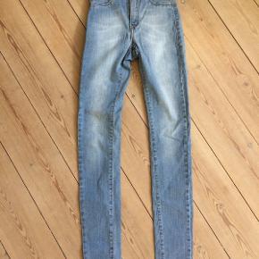 Helt nye jeans. Skinny model. Str. XS. Kun brugt 1 gang. Kommer fra ikke-ryger hjem.  92% Bomuld, 6 % Polyester 2% Els Taljemål: 62 cm Indvendig benlængde: 80 cm  Købspris 500 kr. Køber betaler evt. forsendelse f.eks GLS 39 kr.