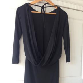 Ufattelig smuk kjole med åben ryg  og slids foran fra ASOS!• Str. 38 • Måler 133 cm fra top til bund.  • aldrig brugt! • BYD! • Kjolen er tætsiddende. Kan ikke selv passe den, så tager ikke billeder med den på.  • Hentes på Vesterbro