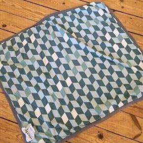 Sebra tæppe med lille plet -fast pris -køb 4 annoncer og den billigste er gratis - kan afhentes på Mimersgade 111 - sender gerne hvis du betaler Porto - mødes ikke andre steder - bytter ikke