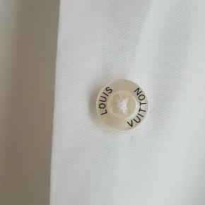 Helt fantastisk skjorte fra Louis Vuitton sælges med ikoniske LV knapper. Skjorten har ikke været en salgsvarer i deres stores, men båret af deres personale - deraf uniform. Pris: 1200kr afhentet eller plus porto.