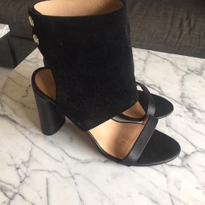 Super flotte og velholdte sko fra IRO i skind og ruskind  Ingen ridser eller pletter - det er kun på sålen man kan se at de er brugte. Bytter ikke  Kun seriøse bud besvares