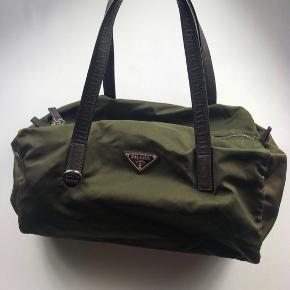 Prada taske i grøn, kan bruges af både mænd og kvinder 😊
