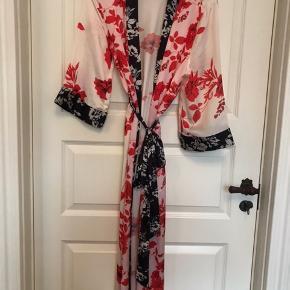 Smuk kimono fra Gina Tricot  Vasket en enkelt gang, aldrig brugt. Str. Xs/s men passer også en medium.  Kan sendes eller afhentes ved Nørrebro st.