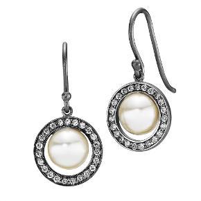 Varetype: Øreringe med perler og zirkoner Størrelse: Alm Farve: Sort/hvid Oprindelig købspris: 750 kr.  Udgået Grace Kelly øreringe i oxyderet sølv med hvide zirkoner og creme ferskvandsperler. Mål: 13 x 28mm.  ALDRIG BRUGT, STADIG I ÆSKE - BYTTER IKKE  Generelt: Hvis I ønsker mine ting sendt som forsikret pakke og/eller i boblekuvert/æske, så oplys venligst dette, så det kan lægges oveni prisen.