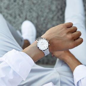 En stilfuld, The 5TH Limited Edition, unisex ur til salg. Der er kun udgivet 100stk.  Uret er Japansk kvarts med høj præcision.  Nypris 1200kr