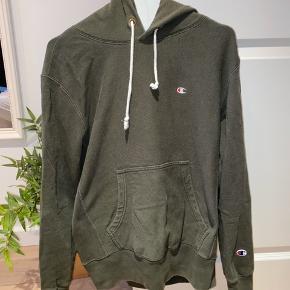 Mega lækker, olivengrøn hoodie fra Champion. Er som ny. Jeg er normalt en str S, men trøjen er en str L for at give den et lidt oversized look. ❤️😍