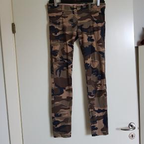 Fede bukser med lav talje. De har haft et hul ved den ene bæltestrop, som er syet og ikke ses ved brug. Og syningen ved den ene lomme er løs. Men de er ikke brugt ret meget.