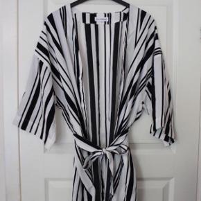 Stribet kimono  Aldrig brugt  Den er stor i str  Se også mine andre annoncer 😊