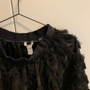 Sælger denne nederdele i sort fra H&M  Den er en str 38, dog er der træk i livet   Prisforslag: 40 DKK ( husk dette er kun et forslag, du er velkommen til at byde, hvis du tænker noget andet om prisen)  Spørg gerne for flere billeder eller hvis du ønsker andre informationer end de overståede 😊  Kan sendes idag 🛍