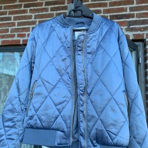 Fin bomber agtig jakke i en flot lyseblå farve.  Forsendelse betales af køber eller kan afhentes hos sælger.