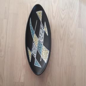 Søholm keramik.Bådformet fad. 40x15 cm Små skår på kanten, derfor prisen