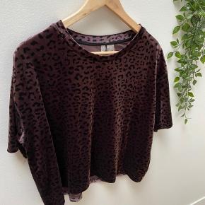 Velour leopard t-shirt fra H&M, er lidt kort. Fin stand - fejler intet.   Fra ikke-ryger hjem - sender gerne Bringer gratis ud i Albertslund og omegen efter aftale.  Kan ellers afhentes i Albertslund Nord eller København K (tæt ved Rådhuspladsen) efter aftale