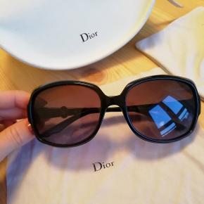 Brand: Dior  Store sorte solbriller Sort solbrille med sølv logo på siderne