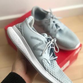 Varetype: Sneakers Farve: Blå Oprindelig købspris: 649 kr.  Super lækre sneakers fra New Balance. Brugt få gange. Nypris 649,00. Orginal kasse medfølger. Str 39 og 25 cm.
