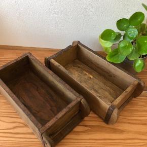 Flotte originale kasser, som har været brugt til at forme mursten.   De er gode til opbevaring, krydderier osv.   De koster 200 stykket og begge to kan man få for 350 kr. Prisen er fast. 1 tilbage :-) Jeg sender ikke den e varer, men kan hentes på Amager.
