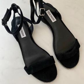 Aldrig brugt, ingen slid.   Obs! De er meget smalle, så passer til smal fod. Ellers almindelig i str.