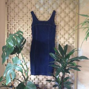 Super smuk Kort Mørkeblå denim/cowboy kjole fra Hennes & Maurits. Sidder stramt, Er formsyet og elastisk i stoffet. Str M.