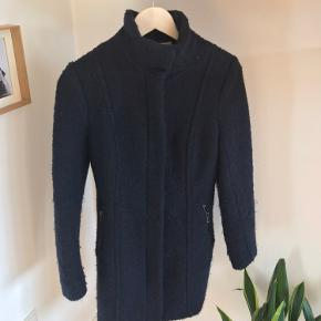 Lækker uld frakke i mørkeblå str 34.