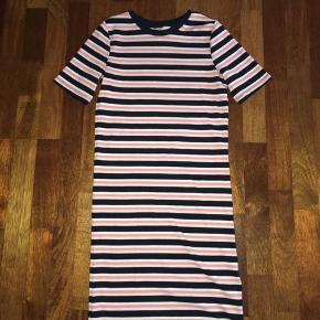 H&M kjole med korte ærmer. Den har aldrig været brugt og der er ingen skader på den.   Salgspris: 65 kr. eller byd