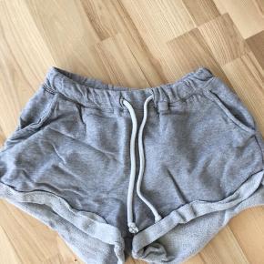 Lækre sweatshorts fra H&M i str. XS (fitter også S) 🥕 Kan afhentes i Mørkhøj eller sendes med DAO for 37 kr. 🌻