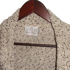 Varetype: Strik cardigan Farve: beige brun  Sød Masai cardigan i str L, cardiganen er i 56% silke 24% bomuld og 20 % polyester, brugt nogle gange og i fin stand.