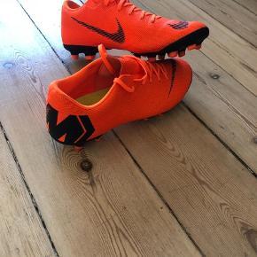 Varetype: Fodboldstøvler  Størrelse: 40, små i str Farve: Orange Oprindelig købspris: 799 kr. Prisen angivet er inklusiv forsendelse.  Nike Mercurial fodboldstøvler, brugt en gang. Købt for små.
