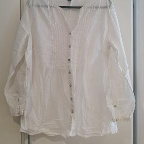 Flot hvid skjorte i str 50. Sidder flot pga elastik i ryggen.   Mål: B: 2x58 cm L: 75 cm