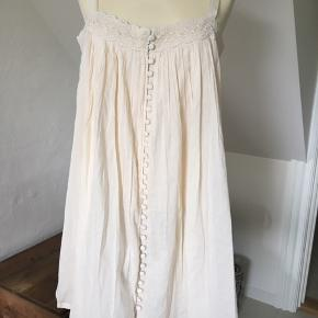 Fineste kjole /top/tunika i 2 lag.  Farven er creme og stropperne er til at regulere.  Masser af vidde og sød blondekant rundt foroven.