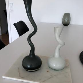 2 stk. Normann Copenhagen vaser sælges samlet. Hvid 20 cm og grå 30 cm. Har ingen tegn på slid.