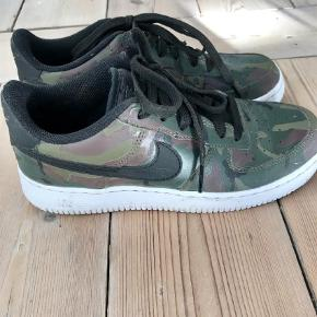 Varetype: Nike Air force one Farve: Armygrøn Oprindelig købspris: 1000 kr. Prisen angivet er inklusiv forsendelse.  Brugt få gange  Kom med et bud :)