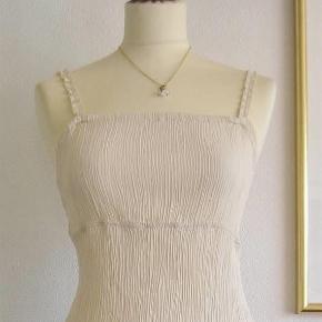 """Brand: Tippy, Varetype: Sommer-kjole i creppet stof Størrelse: S/M Farve: råhvid Oprindelig købspris: 399 kr.  Sød sommerkjole i lækkert creppet stof. På grund af den creppede kvalitet kan alle målene """"give"""" sig.  Materialet er 60 % viscose + 40 % polyester.  Brystvidde: max. 52 cm x 2 Vidde under brystet: max. 47 cm x 2 Hoftevidde: max. 60 cm x 2 Længde: 92 cm  Ingen byt, og prisen er fast.  Forsikret forsendelse med TS's samarbejdspartner DAO. Hvis du ønsker anden forsendelse, så bare sig til."""