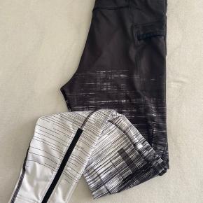 Helt nye Peak tights med mobil lomme på det ene ben. Prismærket er taget af men de er aldrig brugt.
