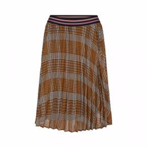 Helt ny nederdel fra Sofie Schnoor's nyeste kollektion, har ingen mindste pris, så kom med et bud :)  Farve: Brown Check Materiale: 100% Polyester Lining 98% Polyester, 2% Spandex Pasform: Normal