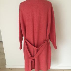 Lang blød cardigan. Model Nima. Abrikos farvet.  35% alpaca 30 polyamid 29 uld 6 elastan. Kan sagtes brugs af en str. L da det jo er strik som kan give sig. Længde 103.
