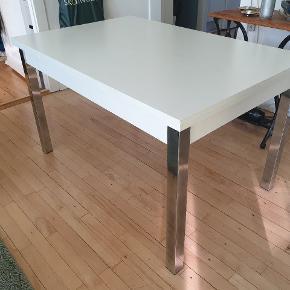 Spisebord sælges, købt i ILVA. Bordet måler 119x79cm. Kan forlænges med 33cm. I begge sidder (se billede), ved at hive en plade ud i hver side der sidder under bordet. Bordet har 2 mindre skader/hakker (se billede)  Er pakket sammen og klar til at hentes. Kan hentes i Lyngby.