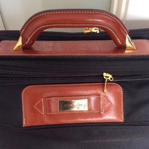 Dejlig weekend taske med flere lynlås rum og skulderrem. Cognac farvet læder. H.35 cm.  L. 55 cm.B.15