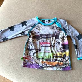 Lækker og smart bluse fra MOLO med stjerner og biler  Brugt meget lidt
