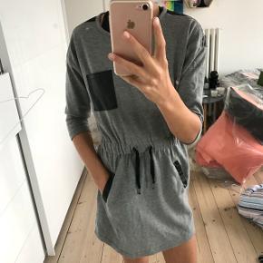Grå kjole med læderdetaljer fra D-xel  Str. 10 år, men kan også sagtens passes af en lille 11 årig