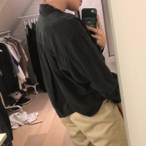Sort / grå skjorte i super lækkert stof fra weekday. Kan bruges både lukket eller åben med en anden trøje under. Trænger til at blive strøget. Str. S