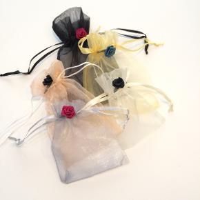 5 Romantiske organza poser dekoreret med roser - fra Walina  Brug dem til opbevaring af smykker gaver ris til bryllup ell andet.  De måler  Sort: 10 x 10 cm Guld: 9 x 9 cm Laksefarvet: 10 x 9 cm Sølv: 9 x 8 cm  Beige: 8 x 7 cm  Jeg kan handle med mobilpay: Jeg sender gerne med post nord til din postkasse (+10 kr 5 dages leveringstid eller 29 kr 1 dags leveringstid), hvis du ikke kigger forbi og henter dem. Jeg kan handle via Tradono med DAO pakkepost (+32 kr), hvor du afhenter pakken ved ønsket DAO udleveringssted. Mvh Lise