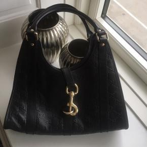 Gucci skulder taske i sort læder med guld detaljer. Rigtig god stand.  Kvittering haves desværre ikke længere, men står 100% inde for ægthed.   Skriv for flere billeder.   #trendsalesfund