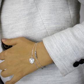 Elegant armbånd, som er håndlavet i sterling sølv 925. Med Swarovski krystaller og et fint lille hjerte er det en perfekt gave til én du holder af. Gratis gaveæske medfølger.  Nikkelfri, helt nyt og i original uåbnet indpakning. Armbåndet er 16,5 cm langt + 3 cm kædeforlænger.  Oprindelig pris: 470 kr. Sælges nu for: 245 kr.  Kan afhentes på Amager nær Amagerbro metro eller sendes med DAO (37 kr).