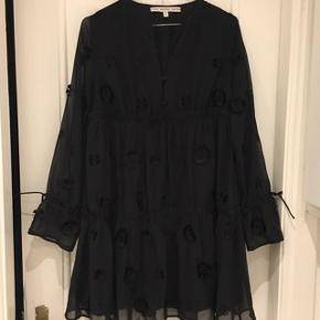 Super fin kjole fra &Other Stories købt her på trendsales (d. 14/12). Sælges videre, da jeg desværre ikke kunne passe den. Den er i super fin stand 🌱  Nypris var 1000kr og kjolen viser ingen tegn på slid.