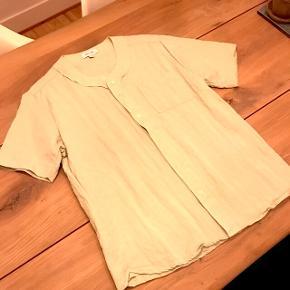 God sommerskjorte fra Soulland i en god lysegrøn farve 💚Det er en sample så der er kun lavet 2-3 stykker af denne skjorte:) Kan sendes på købers regning.